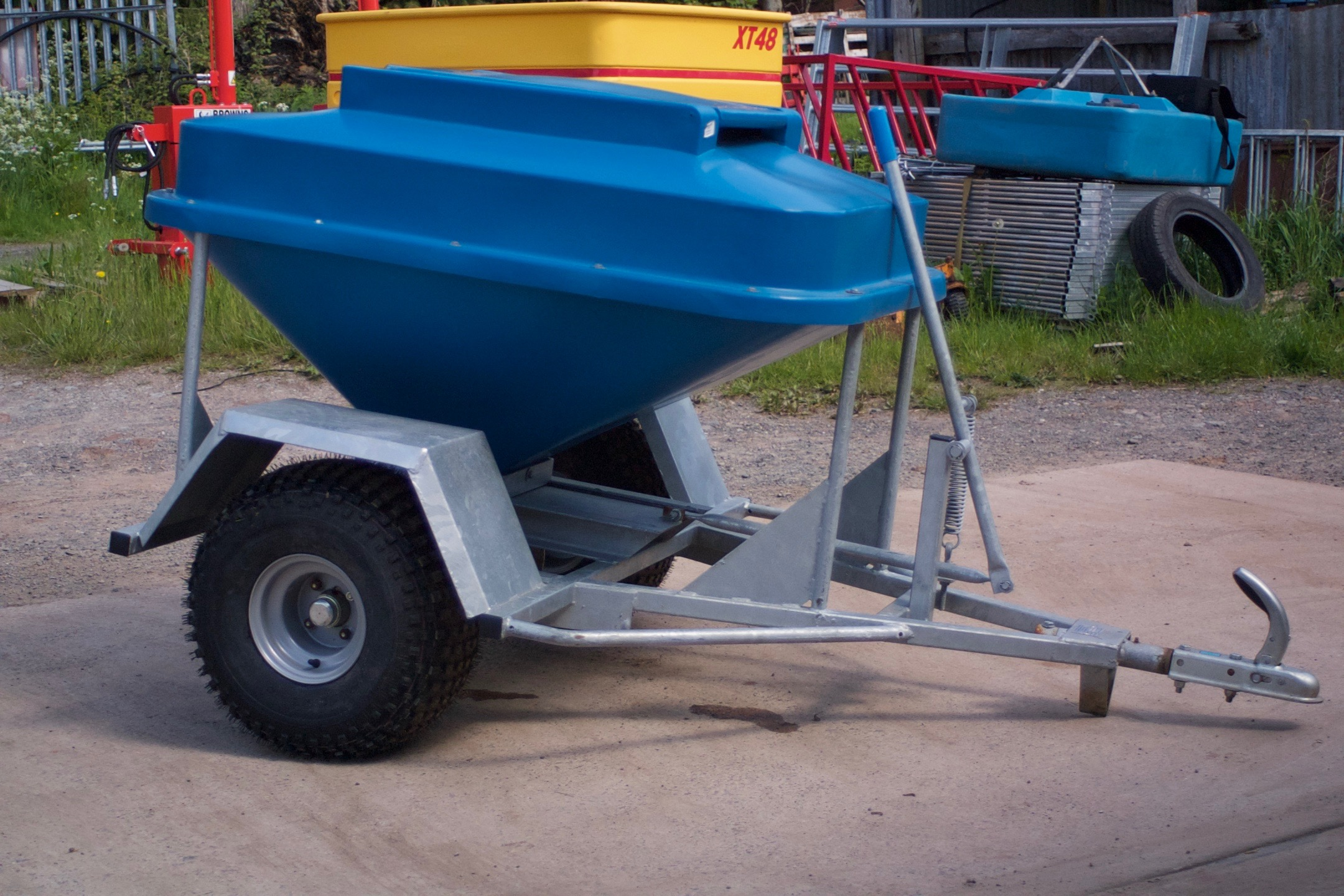 320kg capacity hopper with easy snap-shut lid. Barrel-type dispenser with 3 settings giving 0.75 to 2.5kg drops